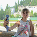 Flickan gör en selfi royaltyfri bild