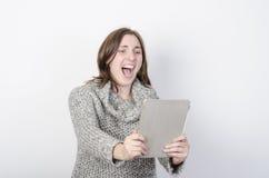 Flickan gör en videokonferens till och med minnestavlan mycket överraskning Arkivbild