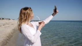 Flickan gör fotoet på telefonen, semestrar på tropiska öar, lager videofilmer
