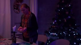 Flickan gör klar brädeleken från tabellen stock video
