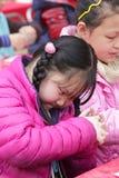 Flickan gör krukmakeri försiktigt Royaltyfria Foton