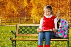 Flickan gör läxa i parkera Fotografering för Bildbyråer