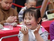 Flickan gör lyckligt krukmakeri Arkivfoto
