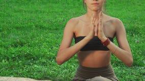 Flickan gör mycket svår yoga poserar stock video