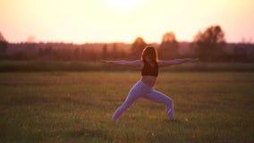 Flickan gör yoga stock video