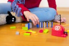 Flickan 8 gamla år spelas i rummet med leksaker arkivbilder