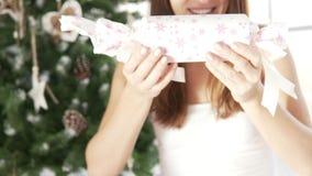 Flickan gav en julgåva Hon kommer med långsamt ett härligt lager videofilmer