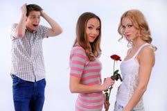 Flickan ger en annan flicka en blomma Arkivbilder