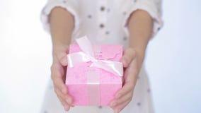 Flickan ger en gåva i asken arkivfilmer