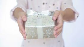 Flickan ger en gåva i asken lager videofilmer