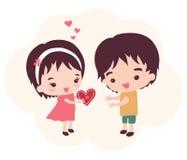 Flickan ger en valentin till hennes pojkvän Royaltyfri Bild