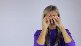 Flickan gnider henne ögon från trötthet mot arkivfilmer