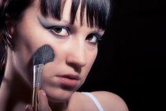 Flickan gör makeup Royaltyfria Foton