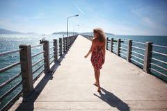 Flickan går vid havet Royaltyfri Fotografi