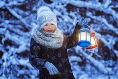 Flickan håller ficklampan royaltyfria foton