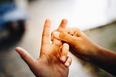 Flickan har en smärta i hans hand Fotografering för Bildbyråer