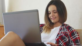 Flickan har en video konversation fotografering för bildbyråer