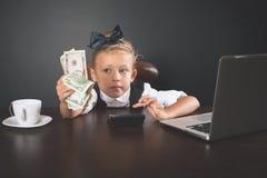 Flickan har tjänat mycket pengar Fotografering för Bildbyråer