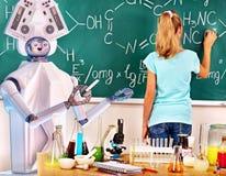 Flickan har växelverkande online-lärande kemi- och biologikurs arkivfoton