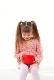flickan henne little öppnar presenten arkivfoton