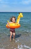 flickan hoppar little hav arkivbild