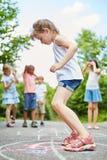 Flickan hoppar med koncentration royaltyfri foto