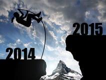 Flickan hoppar till det nya året 2015 Arkivfoton