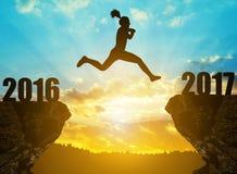 Flickan hoppar till det nya året 2017 Arkivbilder