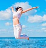 flickan hoppar white Royaltyfria Foton