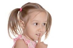 flickan hyssjar little visande tecken Royaltyfri Bild