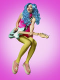 Flickan, i att spela för anime-stil gitarr royaltyfri bild