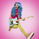 Flickan, i att spela för anime-stil gitarr Arkivbild