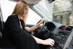 Flickan i bilen arkivbilder