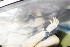 Flickan i bilen Royaltyfri Foto