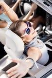 Flickan i bilen med henne räcker upp royaltyfria bilder