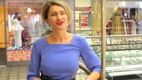 Flickan i blå klänning talar till kameran stock video