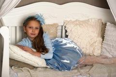 Flickan i blått på soffan royaltyfri foto