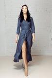 Flickan i blåttklänning gör ett moment går på royaltyfri fotografi