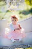 Flickan i blomning parkerar Royaltyfria Foton