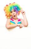 Flickan i clown rymmer det tomma banret Royaltyfri Bild