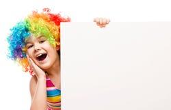 Flickan i clown rymmer det tomma banret Fotografering för Bildbyråer