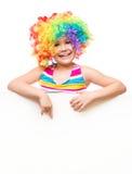 Flickan i clown rymmer det tomma banret Arkivfoton