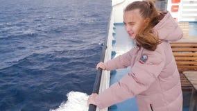Flickan i de rosa omslagsflötena på fartyget Turisten går på vattnet, havet, floden, ung tonåring med långt blont stock video