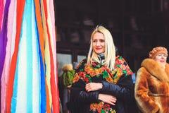 Flickan i den nationella vitryska sjalen på ferien Masleni arkivfoton