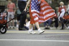 Flickan i den Patriot's dagen ståtar Arkivbild