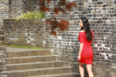 Flickan i den röda klänningen stod på väggen av Ming Dynasty Royaltyfri Fotografi