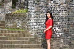 Flickan i den röda klänningen stod på väggen av Ming Dynasty Arkivfoto