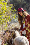 Flickan i den röda koftan med hästen Royaltyfria Foton