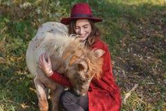 Flickan i den röda koftan med hästen Arkivfoton