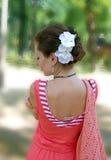 Flickan i den röda sammetgungan Royaltyfri Bild
